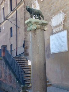 Lupoaica, Roma