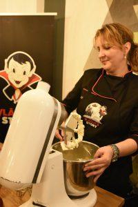 Mădălina Duță pregătind biscuiții Vlăduț's Story
