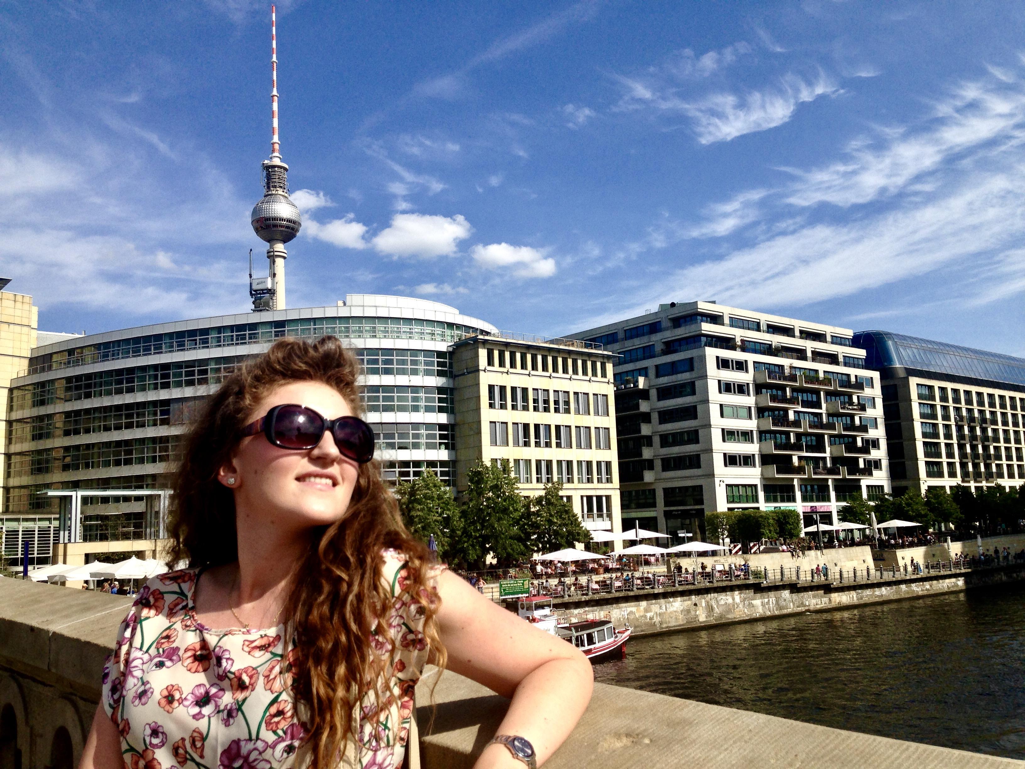 În spate se observă Turnul Televiziunii, unul dintre simbolurile orașului