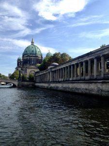 Precum și tot ceea ce descopăr... În spate se observă Catedrala din Berlin (celebrul Dom din Berlin), aflată pe Insula muzeelor