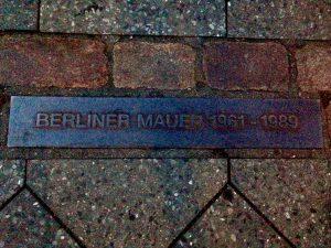 Linie din cărămidă pe locul unde a fost zidul Berlinului
