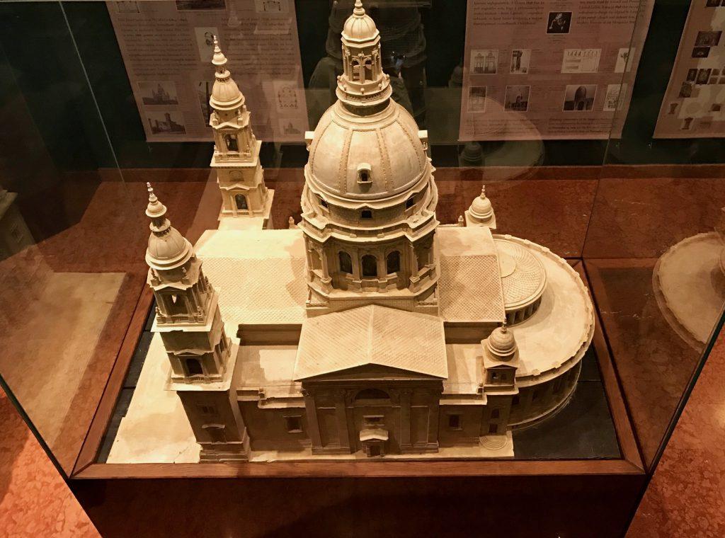Macheta Basilicii Sfântul Ștefan, aflată în muzeul din interiorul catedralei