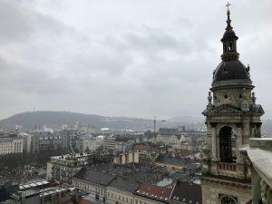 Budapesta într-o zi ploioasă, văzută din cupola Basilicii Sfântul Ștefan