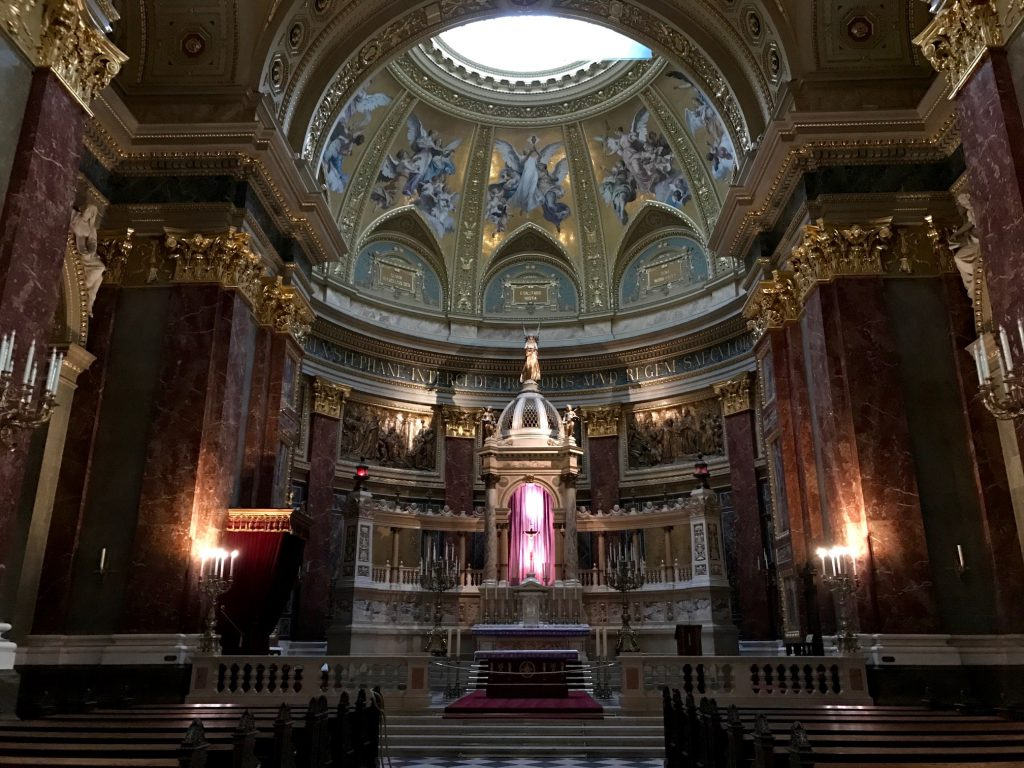 Interiorul Basilicii Sfântul Ștefan