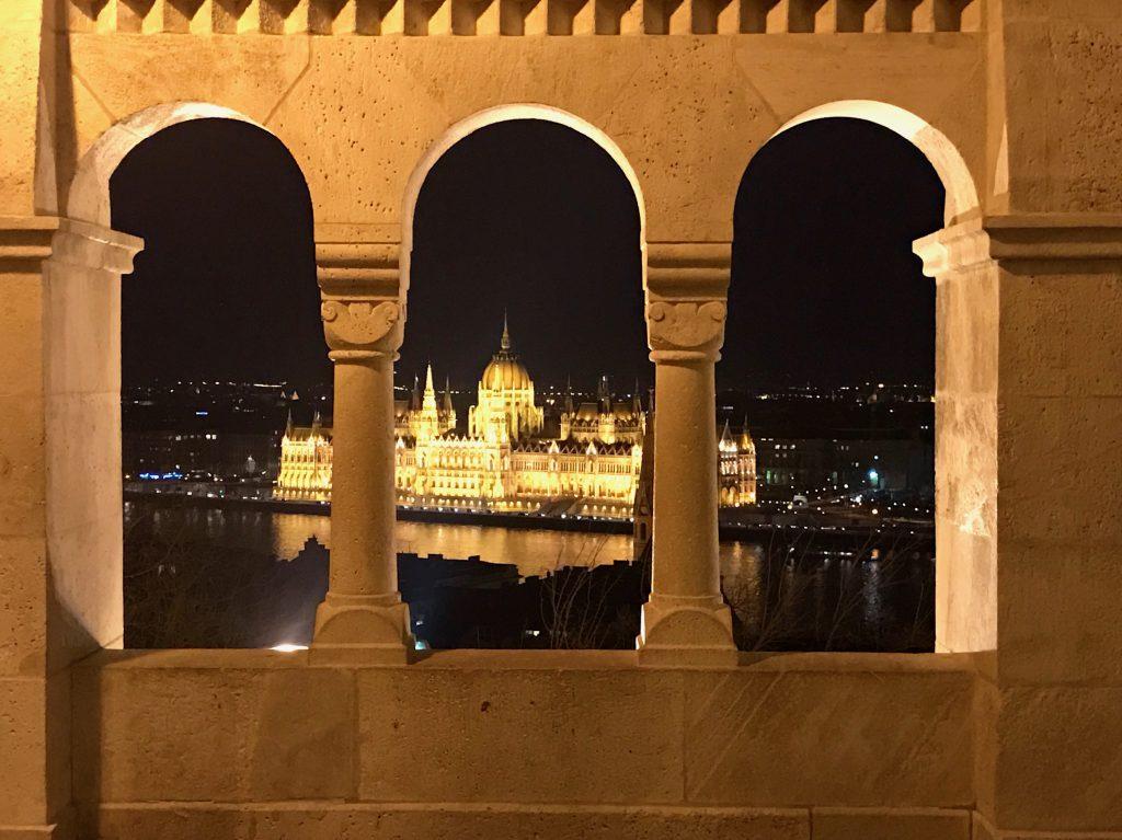 Parlamentul din Budapesta văzut de la Bastionul Pescarilor