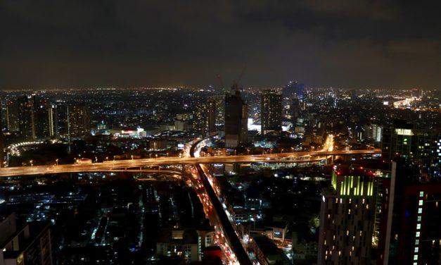 Am încheiat o seară în Bangkok cu un cocktail la un sky bar aflat la etajul 46