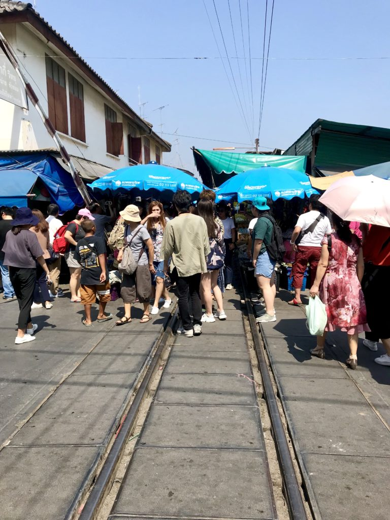 Piața de pe calea ferată Mae Klong