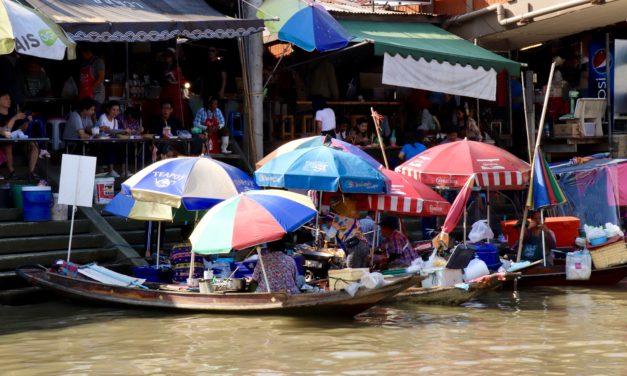 Cele mai inedite piețe din Bangkok – piața plutitoare Amphawa și piața de pe calea ferată Mae Klong