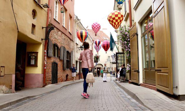 Pe străzile din Vilnius nu vei descoperi doar obiective turistice, ci te vei întâlni și cu farmecul Evului Mediu